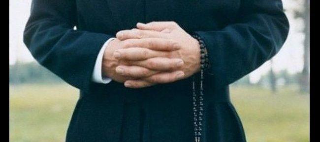 Chi odia i preti non va a messa